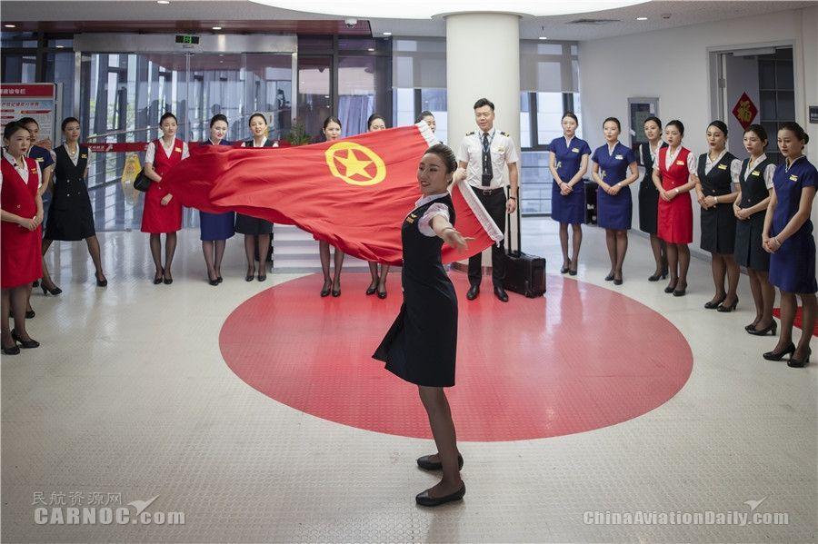 """深航客舱服务部团委""""红歌快闪""""纪念五四运动一百周年"""