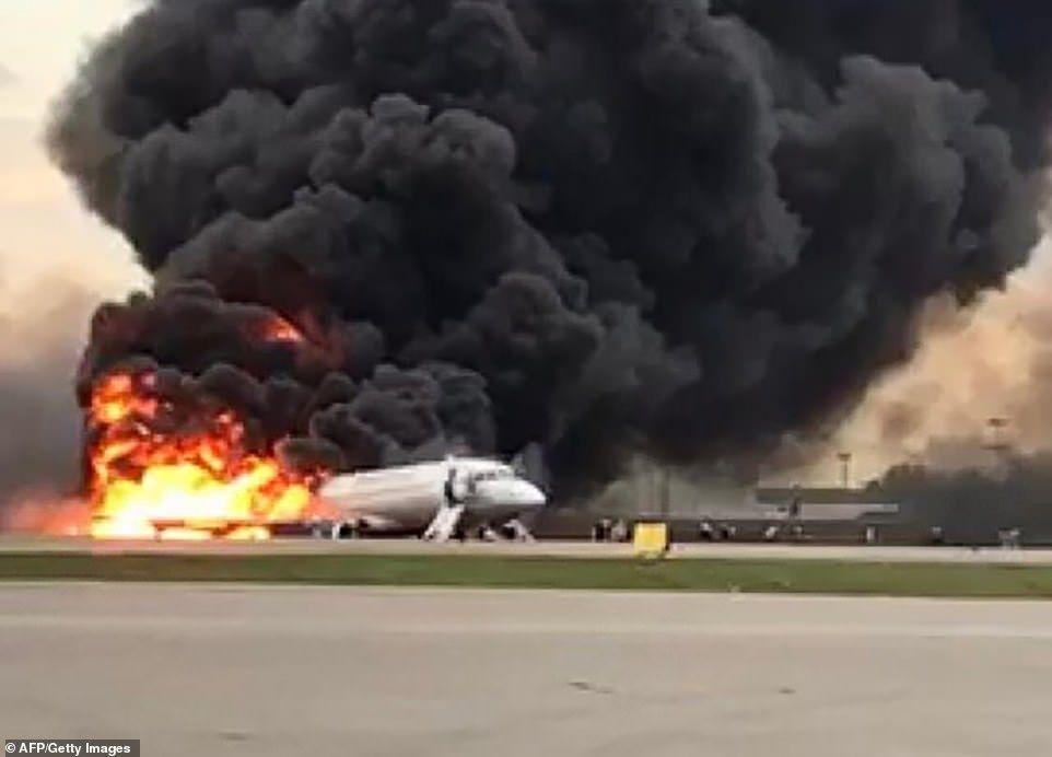 飞机发生事故紧急撤离时 一定不要再拿行李了!