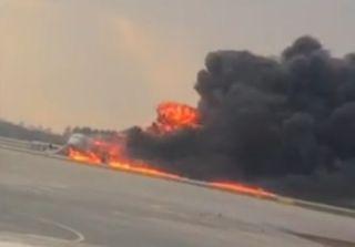 视频:俄航飞机失火 记者现场发回揪心画面