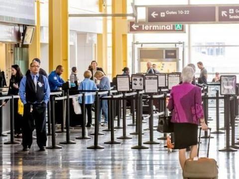 男子在美國機場咬傷警務人員 被捕后接受精神評估