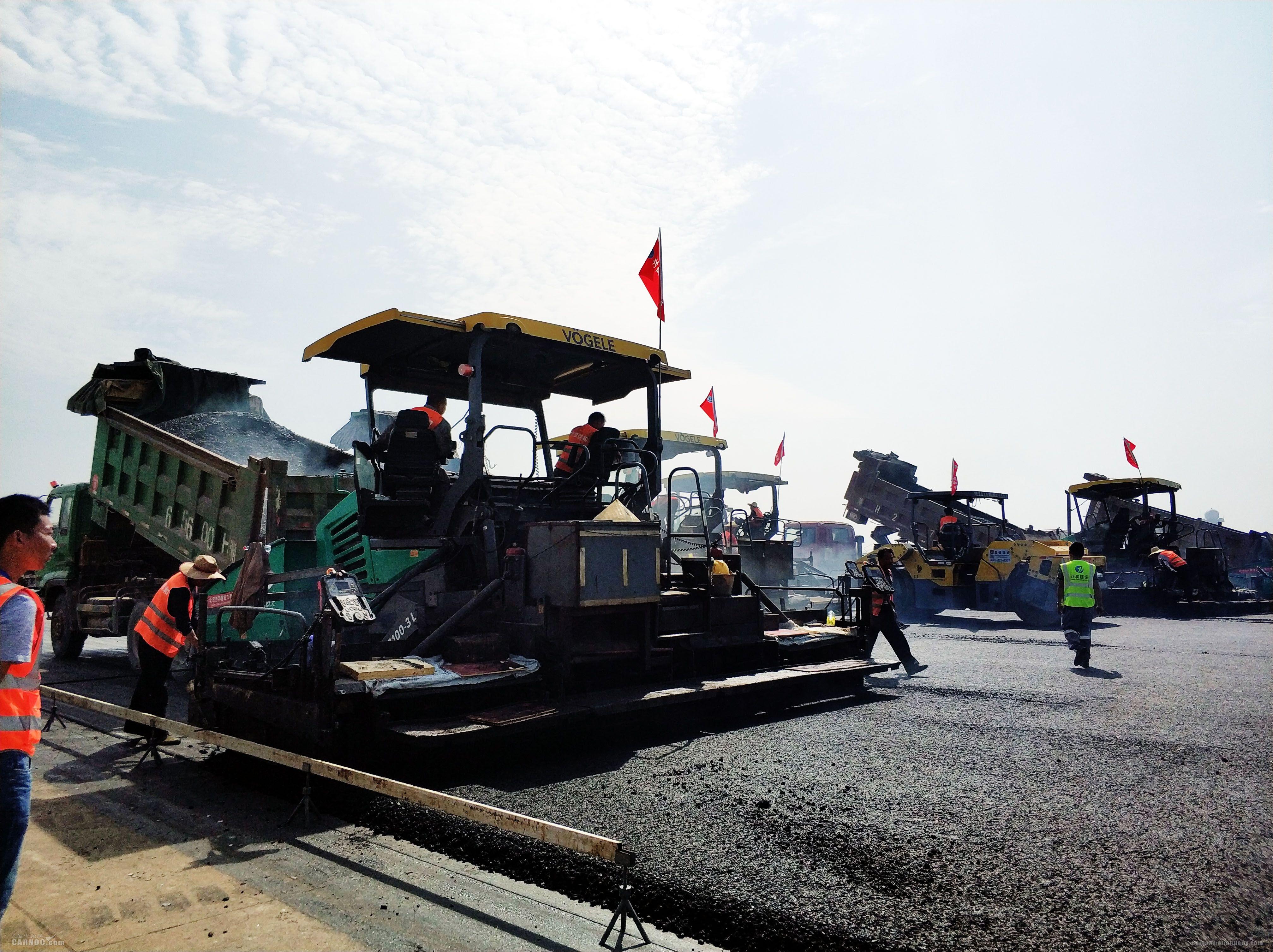 武汉天河机场一跑道大修工程进入沥青铺设阶段