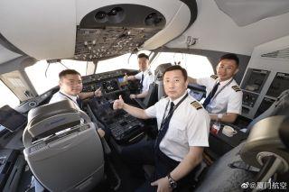 """夏航为此次试飞配备了""""全明星""""级的豪华阵容:飞行总队总经理带队、两名资深的787机长教员及一名优秀的副驾驶执飞 来源/厦航官微"""