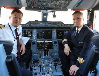 东航首飞机长,空客A350大队长侯丹东、A350机型师吴琨  供图/东航
