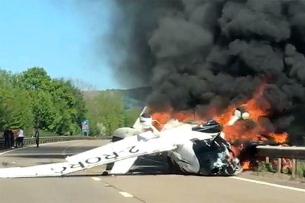 英国一架小型飞机高空坠地起火 路人出手相救保3人平安