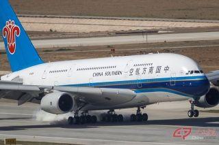 9时29分,第一架试飞飞机――南航空客A380从首都机场成功飞抵大兴机场西一跑道。作为大兴机场份额最大的主基地航空公司,南航派出旗舰机型、世界上最大的客机A380率先完成试飞。 摄影 万全/人民画报