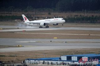 9时35分,东航空客A350-900飞机在大兴机场西二跑道降落。摄影 万全/人民画报