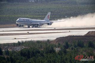 9时40分,国航编号为B2480的波音747-8型宽体客机平稳降落在大兴国际机场东跑道。 摄影 万全/人民画报