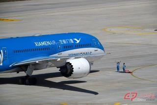 9时45分,厦航拥有全球唯一经过官方确认的联合国涂装的波音787-9飞机在大兴机场西一跑道降落。 摄影 万全/人民画报