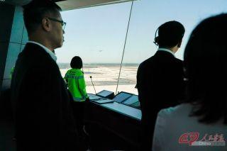 此次试飞,华北空管局在西塔台开设了2个席位进行空管指挥,同时在北跑道设置了应急移动指挥车作为塔台备份。成立了5个工作小组,制定了4套空管保障方案,确保试飞工作顺利进行。摄影 万全/人民画报