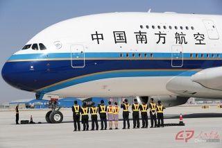 南航地面服务人员等待飞机打开舱门。摄影 徐讯/人民画报
