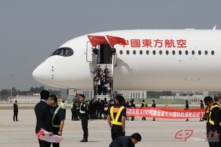 东航机组成员走下舷梯。摄影 徐讯/人民画报