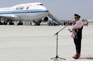 飞机在大兴机场平稳降落后,国航飞行总队四大队大队长张亨文接受媒体采访。 摄影 徐讯/人民画报