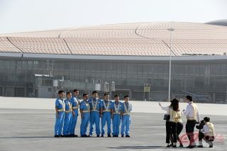 厦航地面服务人员在大兴机场合影。摄影 徐讯/人民画报