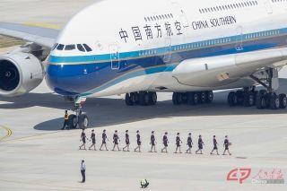 南航空客A380客机准备离开大兴机场。摄影 万全/人民画报