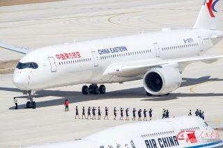 东航空客A350-900客机准备离开大兴机场。摄影 万全/人民画报