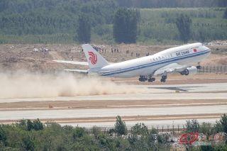 国航波音747-8客机从大兴机场起飞返回首都机场。摄影 万全/人民画报