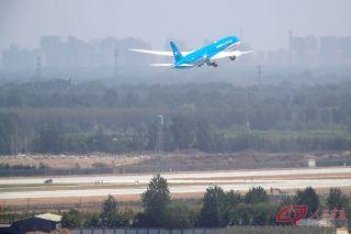 厦航波音787-9飞机在大兴机场起飞返回首都机场。摄影 万全/人民画报