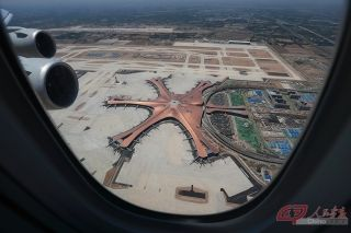 空中俯瞰大兴机场航站楼。摄影 徐讯/人民画报