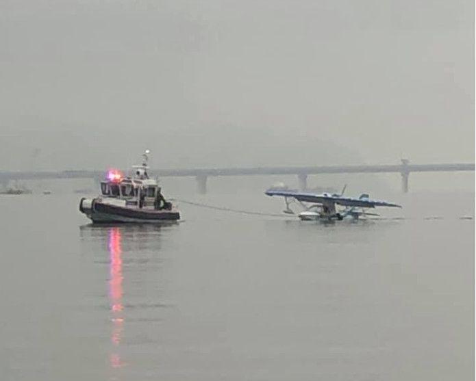 美国纽约一架小型飞机迫降哈德逊河中 多人受伤