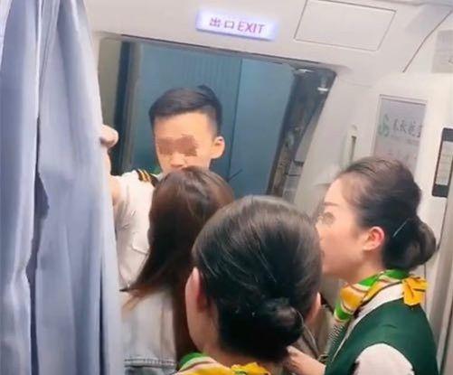 为等家属堵机舱门?春秋航空:旅客已自愿终止行程