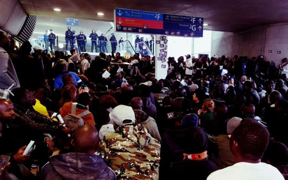 """民航早报:数百无证移民""""入侵""""巴黎机场"""