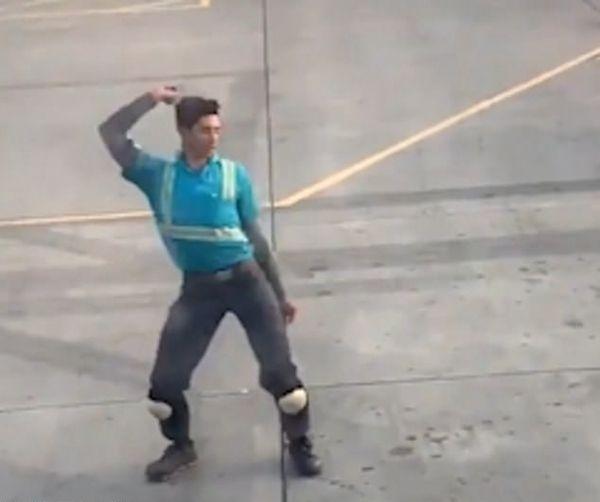 美国一航空行李搬运员停机坪上跳劲舞惊艳网友