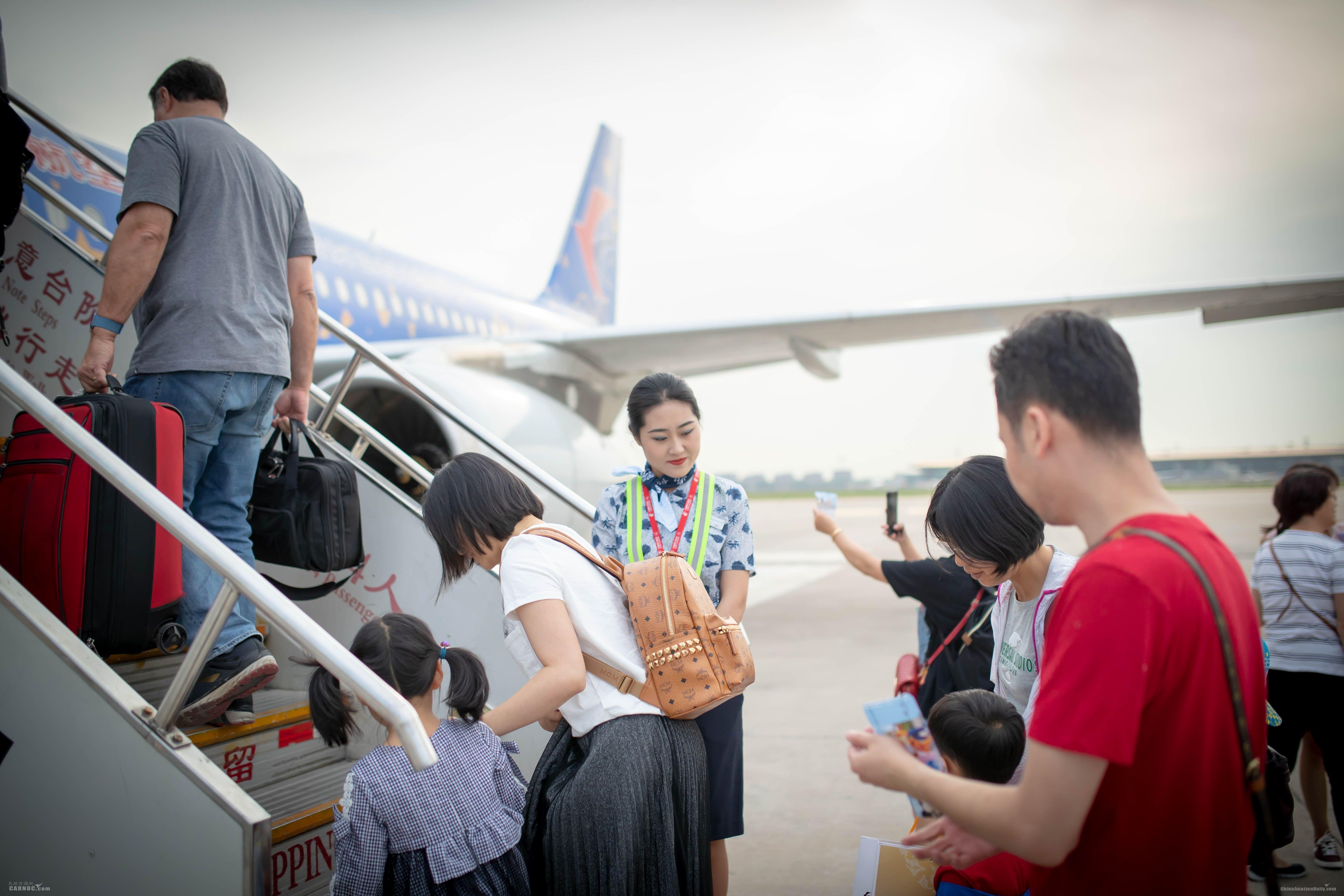 """三架迪士尼彩绘机齐聚北京 东航推出儿童节""""连接奇梦""""主题航班 东航供图"""