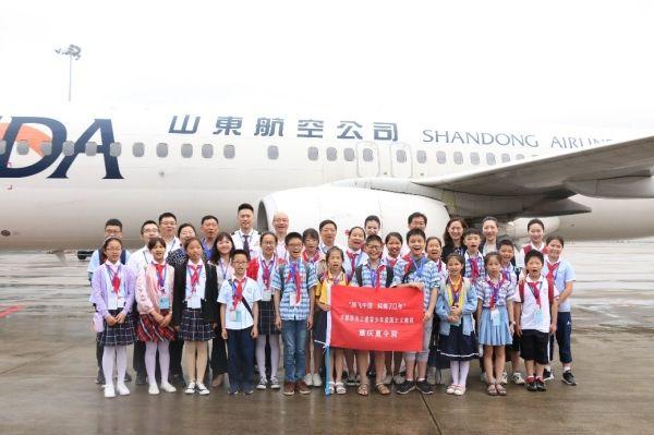 山航重庆分公司送给区县孩子一份航空礼物