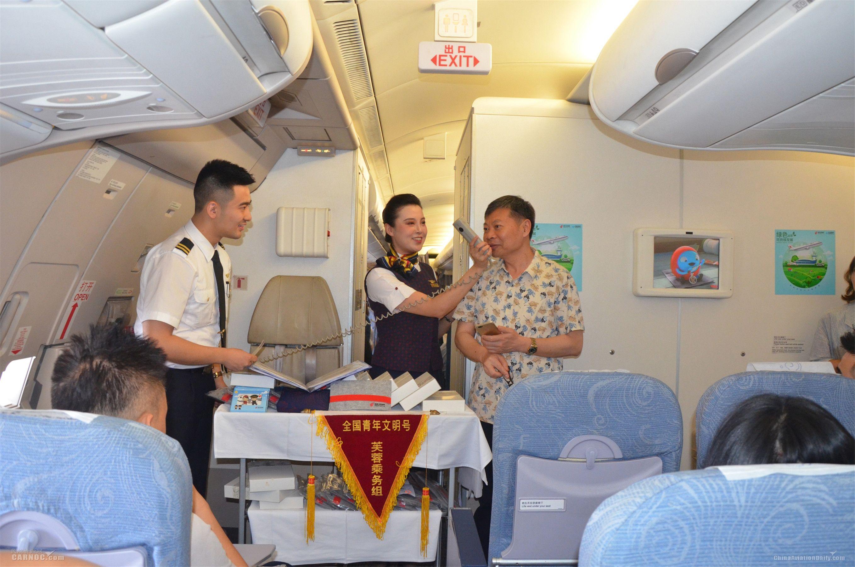 """航班旅客积极参与主题航班""""环保知识问答""""活动"""