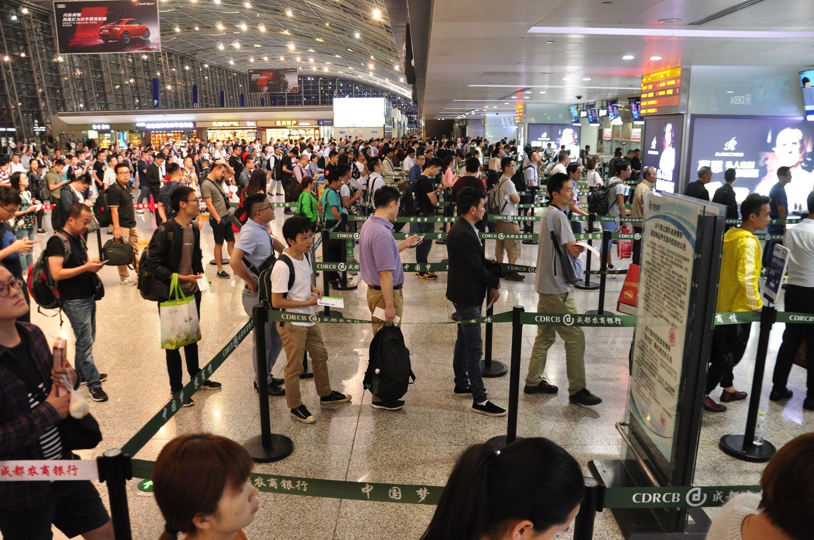 成都机场迎来端午节后客流小高峰