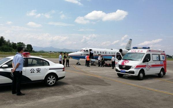 一名病重台胞从黄山机场搭乘急救包机返台治疗