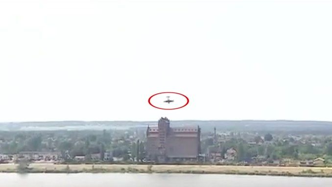 波兰飞行表演一小型特技飞机坠毁 飞行员死亡