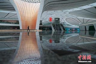 6月19日,工作人员正对北京大兴国际机场航站楼内建筑单体进行墙面修补。目前机场建设已进入收尾阶段。北京大兴国际机场自2014年12月26日启动建设,按照建设和运营筹备总进度综合管控计划安排,将于今年6月30日竣工验收。 (摄影:中新社记者 殷立勤)