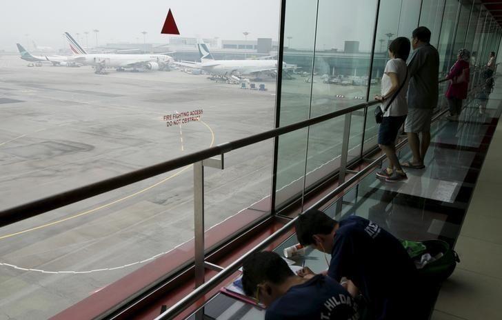 樟宜机场现无人机干扰大批航班延误 一条跑道关闭