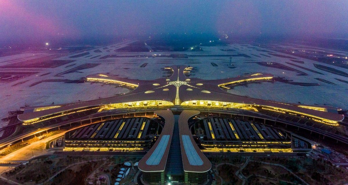 """北京新机场亮起来了!几万盏灯点亮""""凤凰"""""""