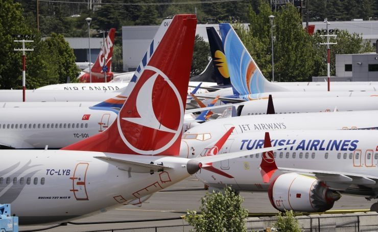 图为数十架停飞的波音737MAX机型27日被停在西雅图机场附近的一个停车场。(图片来源:美联社)