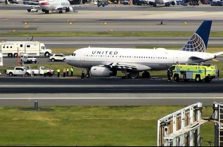 美聯航一架航班因故障緊急降落 降落時左側兩個主輪胎爆胎