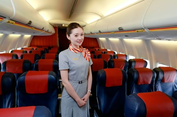 乌鲁木齐航空乘务员胡景丹:在云端守护旅客出行