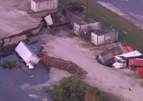 美國奧蘭多機場附近現巨坑 數輛卡車被困其中