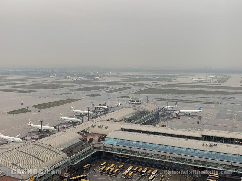 首都机场今明两天将迎中到大雨 已取消航班74架次          摄影:吕思敏 姜洋