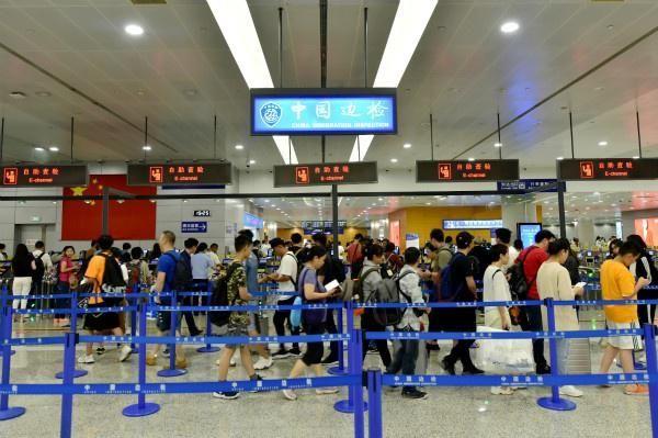 """暑运头4天连续""""11万+"""" 上海浦东机场口岸今年出入境破2000万"""