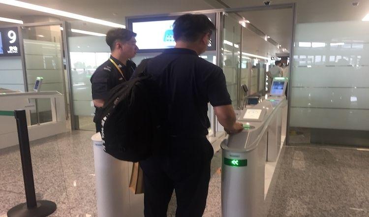 """上海虹桥机场往香港出港航班实现""""无纸化""""登机"""