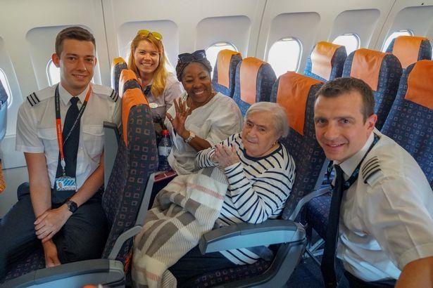 英國95歲老太第一次坐飛機 夢想成真心滿意足