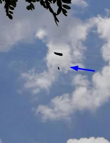 险!重庆一滑翔伞爱好者飞行时挂上电线悬空中