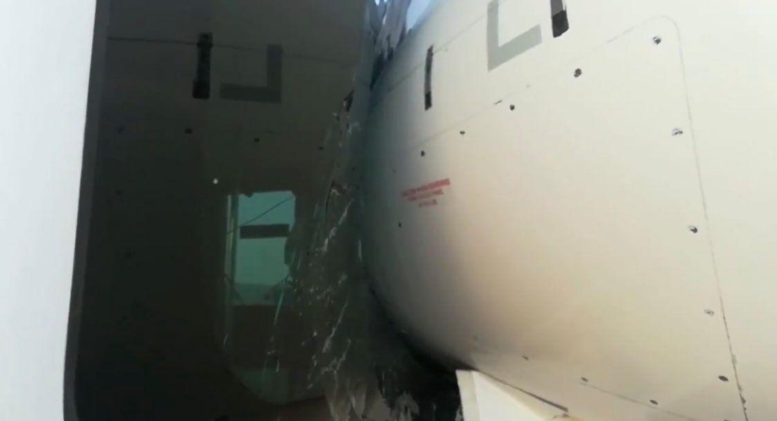 西班牙机场摆渡车与Air Nostrum飞机相撞