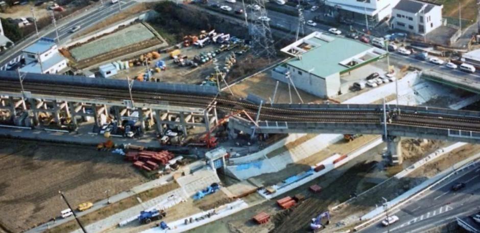 1995年阪神大地震导致的桥梁倒塌和线路变形