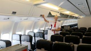 检查机舱的俄罗斯帅气小伙          摄影:范文泽