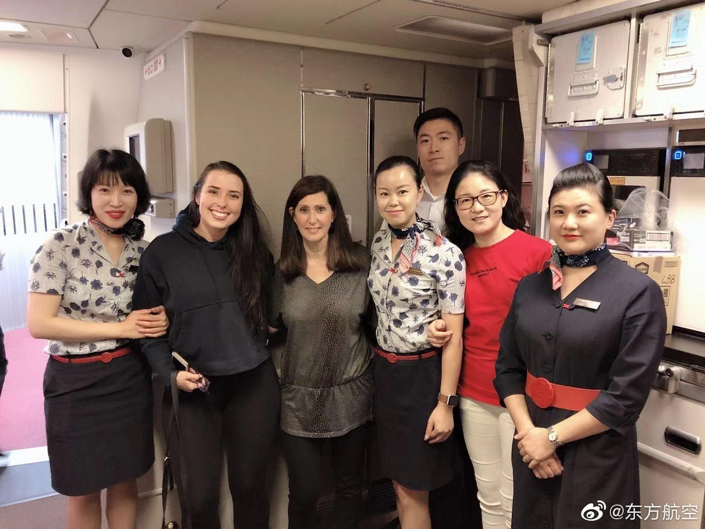 东航表示,今日MU587航班上,机上共有3位医生参与救治,1位中国籍,2位美国籍。东航对施以援手的医生朋友表示无比感谢!
