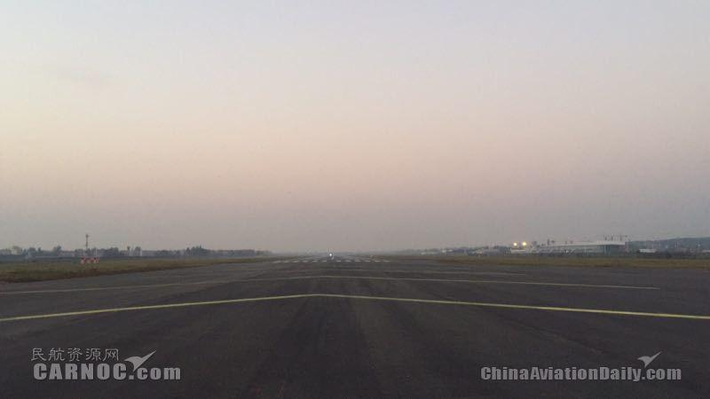 完成跑道延长段沥青道面施工2018年10月          襄阳机场供图