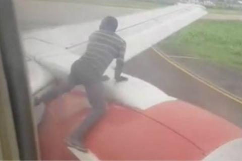 尼日利亚客机正要起飞 一男子突然爬上机翼吓坏乘客